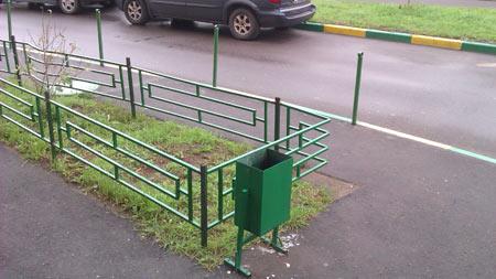 Зелёный заборчик, урна